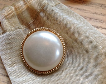 Vintage faux pearl and gold metal brooch scarf pin