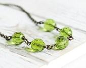 Fougère vert Collier - Collier de perle verte avec chaîne en laiton vieilli, collier lié Vert Olive, verre facetté collier, bijoux fantaisie