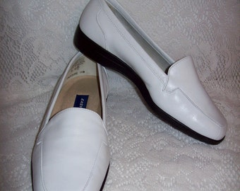 Vintage Ladies White Leather Loafers Slip Ons by Easy Spirit Size 6 1/2 EE NOS Only 8 USD
