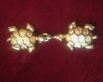 Free Shipping: Vintage 1960s Shiny Gold Novelty Belt Clasp / Kissing Turtles
