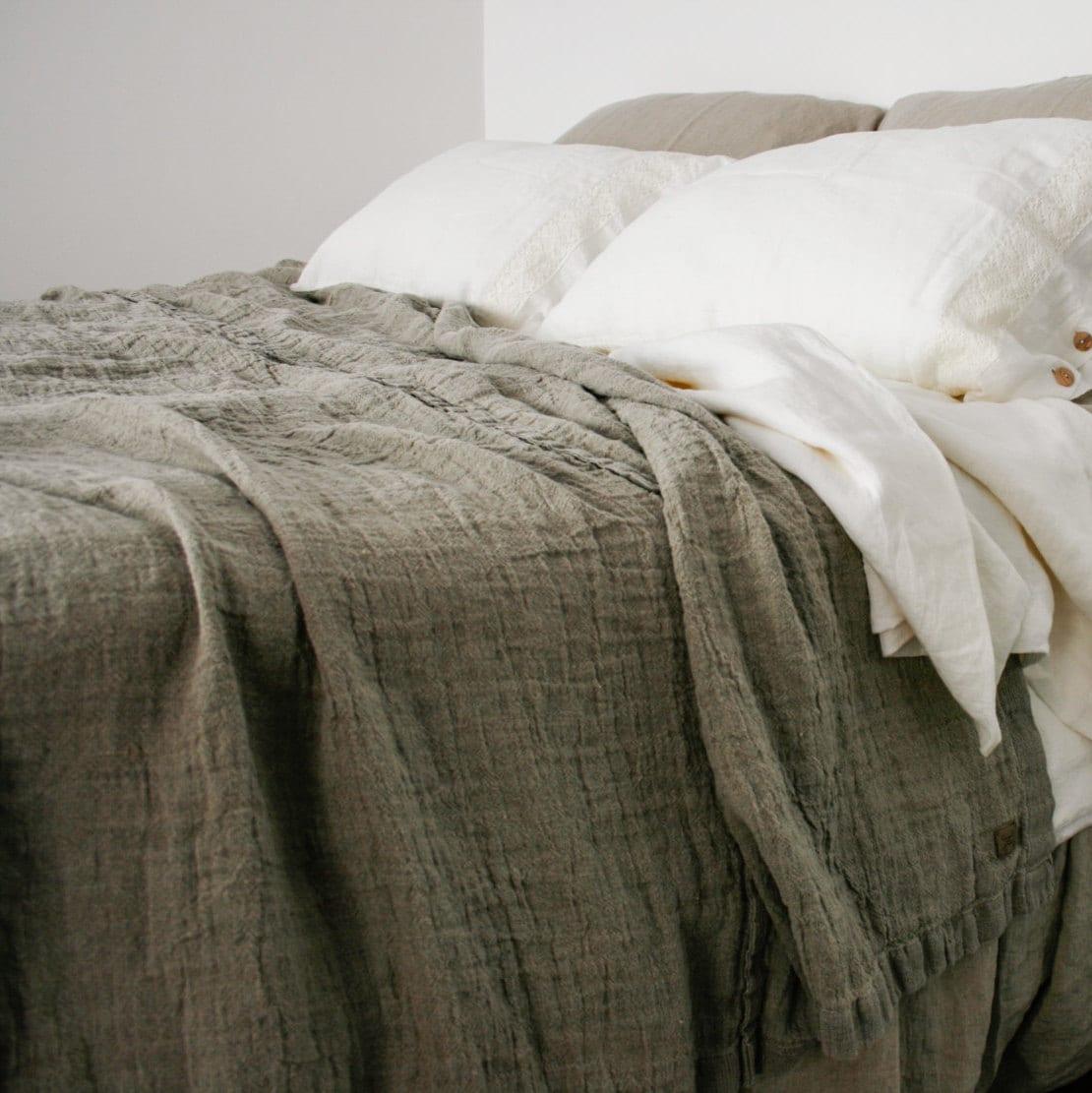 couvre lit lin bauches de couverture de lit lin rustique. Black Bedroom Furniture Sets. Home Design Ideas