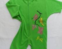 Baby bodysuit and green fabric quality.A small bird sitting on a branch painted in hand with organic colors.Unisex bodysuit,loose sleeves