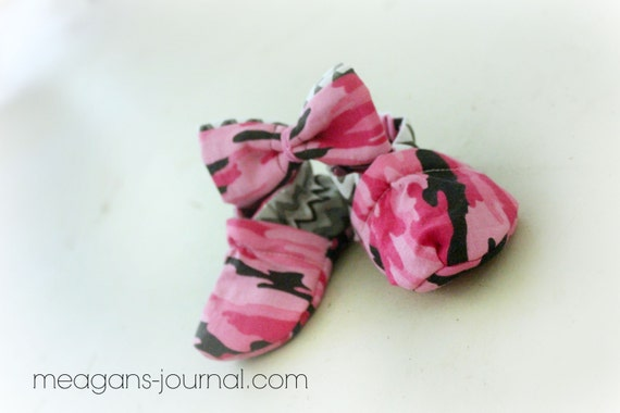 cloth baby shoes booties 0 to 3 months pink camo by