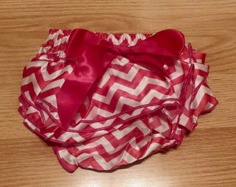 Ruffled bum diaper cover - Pink chevron