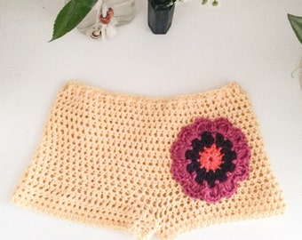 Crochet shorts with drawstring and flower