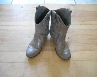 Vintage pair of gray little girls cowboy boots Size 2