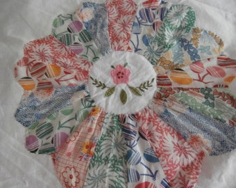 1 VINTAGE DRESDEN PLATE Quilt Block  for Crafting May be Feedsack or Rayon
