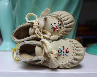 Baby Moccasins Minnetonka Beaded White Leather size 1 VINTAGE by Plantdreaming