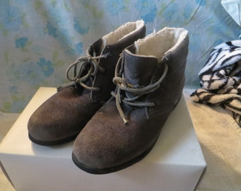 1970-1980  grey suede leather Hush Puppies  ankle boots fleece lined women size 8