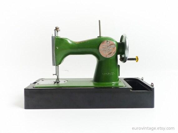 Vintage machine coudre jouet case w vert noir russe des for Machine a coudre jouet