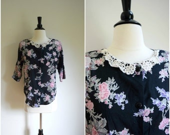 Vintage black floral blouse with delicate lace collar / boho button back tee