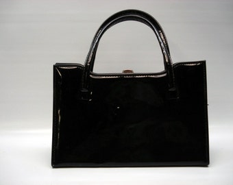 Structured handbag in classic black patent leather