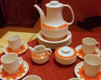 "Thomas (Rosenthal). Porcelain coffee service ""Arcta Orange"". 21 pieces for 6 persons. Design: Richard Scharrer. Germany around 1970. VINTAGE"