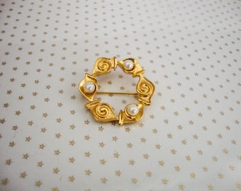 Vintage Gold Tone Faux Pearl Swirl Link Circle Brooch //80's//