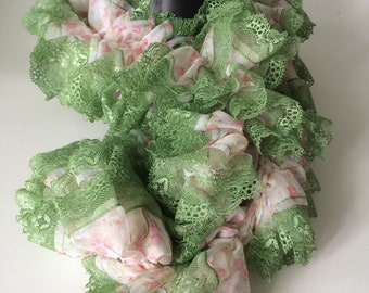 Crocheted scarf using Tecido Reynaldo fabric with lace, ruffled fabric scarf, fabric crocheted scarf