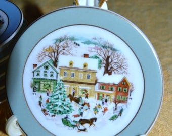 MINATURE AVON CHRISTMAS 1980 Plate ornament  Country Christmas 3 inches
