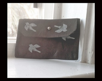 leather pouch in brown with printed birds