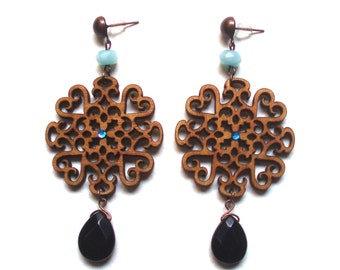 Woden arabesque earrings with black agate and light blue stones