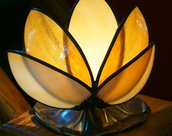 Beautiful Slag Glass Water Lily on a lilypad Accent Lamp