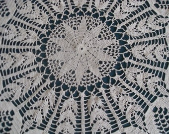 Crocheted round tablecloth with beautiful pieces, cotton  u size 140 cm