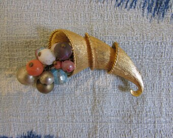1950s/60s gold-tone cornucopia/horn of plenty brooch with articulated clustered bead detail