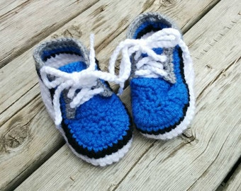 Crocheted baby basket slippers blue, white and gray, size 2 -7 with lace and non-slipping sole