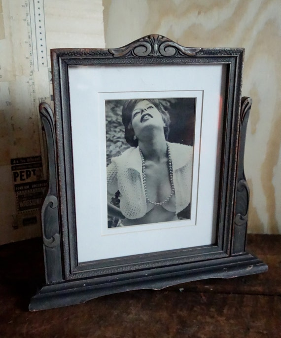 Wood swinging picture frame