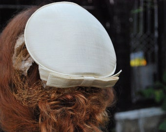 Bow Me Down 1960s Vintage Cream Mini Toque Hat with Veil And Bow Excellent Vintage Condition Sz OSFA