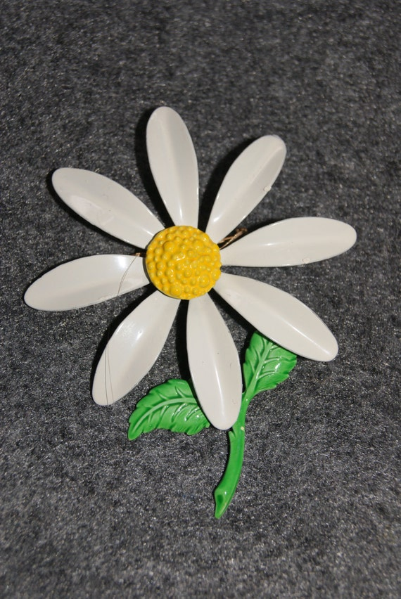 Vintage Enamel Daisy Flower Shaped Pin Or Brooch White Pedals Yellow Center 1960s Unmarked