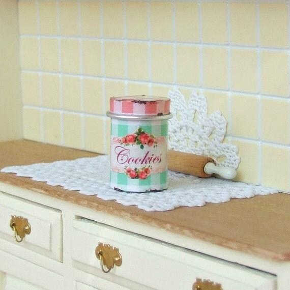 Puppenhaus Miniatur Keksdose Rose-Kanister von SarahsLilEssentials