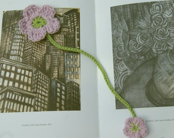Crochet flower bookmark in violet and green cotton. Pale purple flower bookmark. Crochet page marker. Book accessory. Gift for book lover.