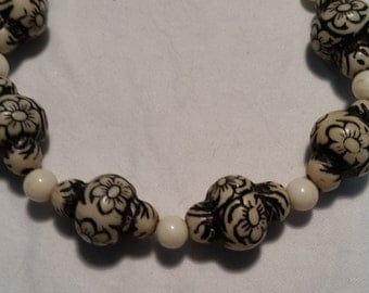 Flower patterned vintage beaded bracelet
