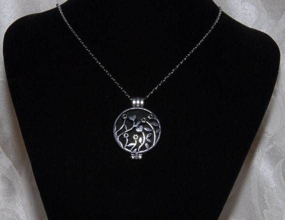 Locket for Essential Oil Aromatherapy or Picture. Antique Silver, Heart Flowers & Leaves. Felt Disc for Oil and Chain Included. AN024