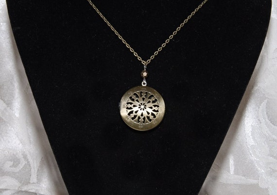 Aromatherapy or Pictures Locket Pendant Necklace. Filigree Round. Antique Bronze. Felt Disc for Essential Oil. Chain Included. AN029