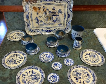 Toy Blue Willow Tin Lithograph Dishes 21 Pieces Tray Plates Sugar Coffee Pot Creamer 1950 Era