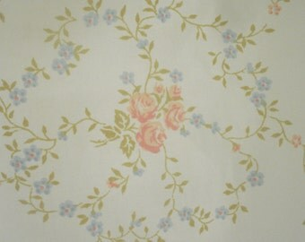 Sweet off white sheet with tiny flowers - full flat