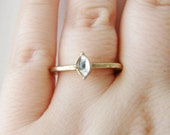 Vintage light gold and clear jewel cocktail ring with hammered band- size 8