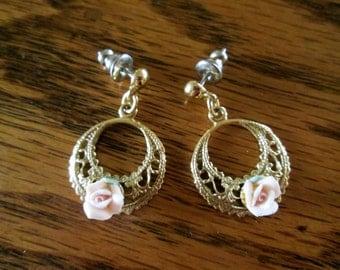 SALE vintage 1980s 1928 Jewelry Company goldtone pink porcelain rose dangle drop earrings