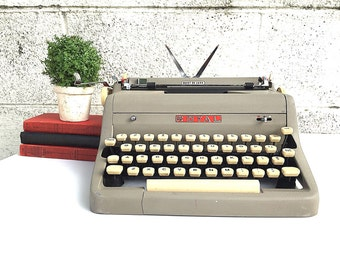 ROYAL Typewriter | AS-IS Working Portable Manual Typewriter | Vintage 1950s Royal Quiet De Luxe Model with Original Case | Photography Prop