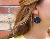 Leather and gold plated earrings, medal shape, stars on each side