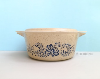 Pyrex 'Homestead' #475 round casserole dish with lid (c. 1976-80)