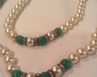Vintage Gorgeous long faux pearl green glass necklace