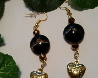 Ģold heart charms and brown beads makes these stunning earrngsn