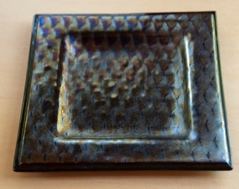Black patterned iridized plate