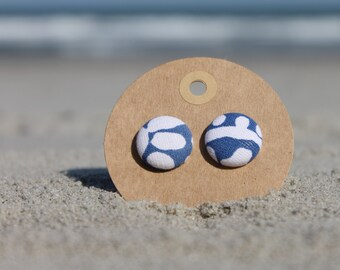 "3/4"" Blue and white button earrings"