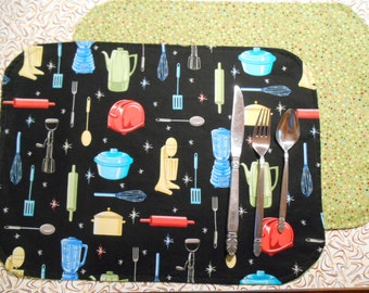 Set of 2 Placemats with Retro Kitchen Utensils Print