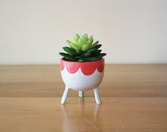 Made to order: Small Three-Legged Planter with Scalloped Edge