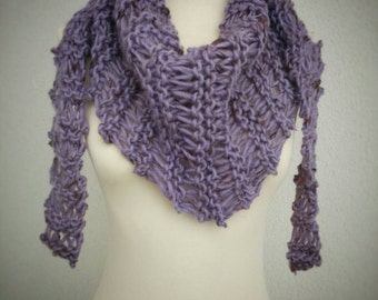 Triangle scarf. Spotted violet color. 100% Wool.