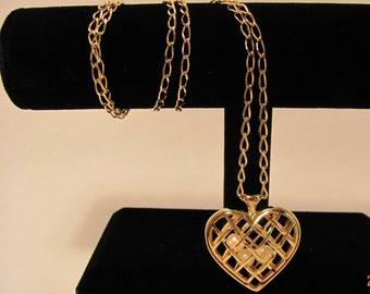 Vintage Avon Heart Pearl Pendant Necklace Goldtone Excellent Condition Charm Valentine