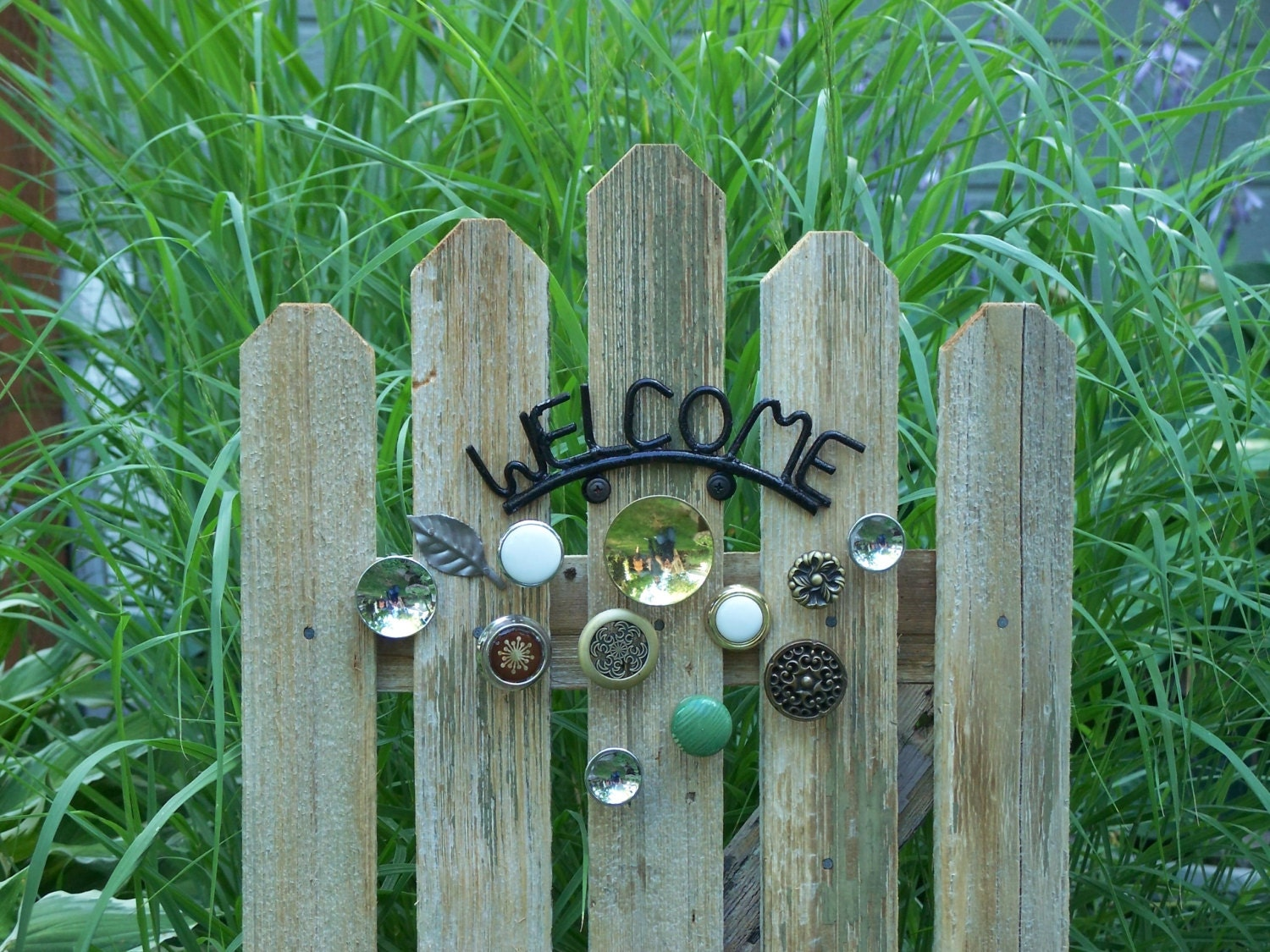 Rustic garden welcome panel natural cedar fence with knob for Rustic garden gate designs